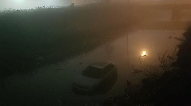 В мъглата: Кола излетя от пътя и падна във Владайската река
