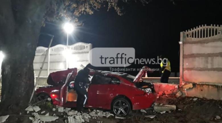 Кола се вряза в ограда на къща, шофьорът избяга