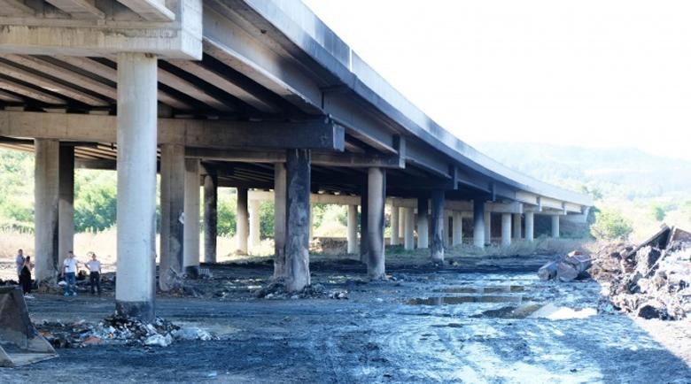 """Фирмата, чийто боклук подпали моста на магистрала """"Струма"""", складирала за мафията Ндрангета"""