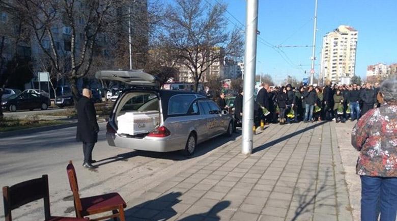 Стотици се прекланят пред убития в Солун Тоско, докараха го в бял ковчег