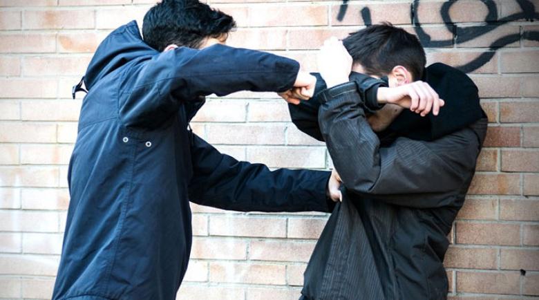 Тийнейджър опита да разтърве биещи се и пострада жестоко