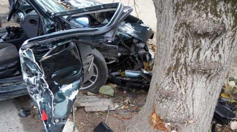 Шофьор уби пътник при удар в дърво, жена е тежко ранена