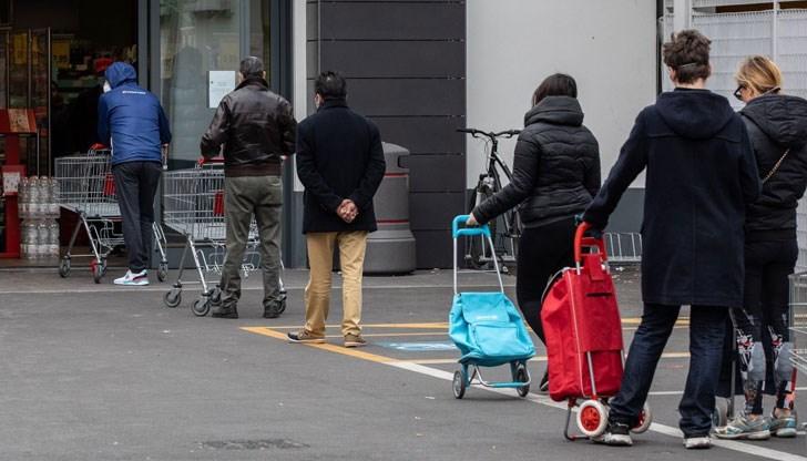 Изнервени клиенти размениха шамари и обиди на опашка пред магазин
