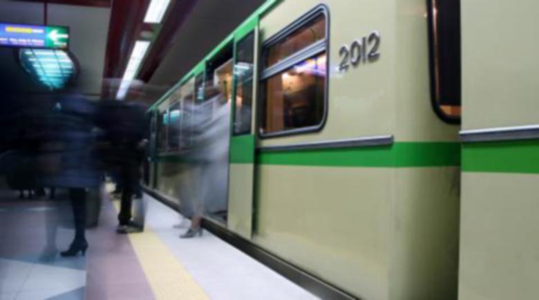 Паника в метрото! Изхвърлиха от влака закашлял се пенсионер