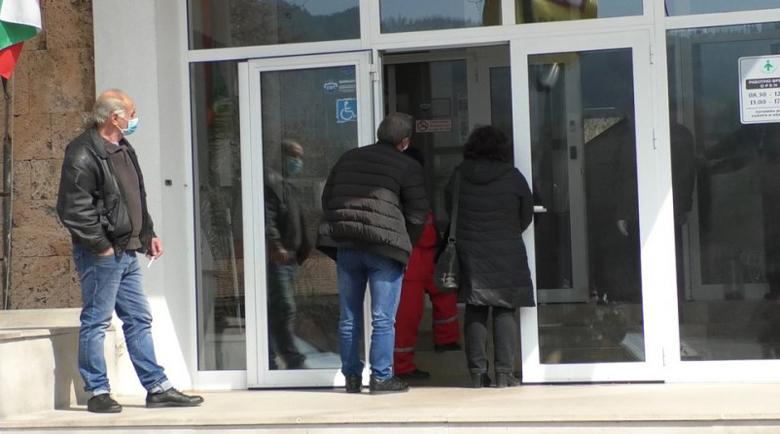 РЗИ отказа тестове на медици, докосвали двама заразени
