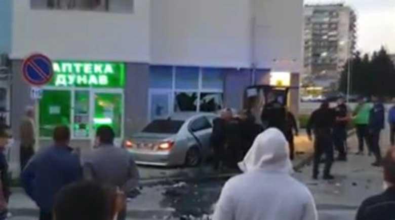Ново камикадзе! 22-годишен пиян шофьор заби колата си в аптека в Габрово