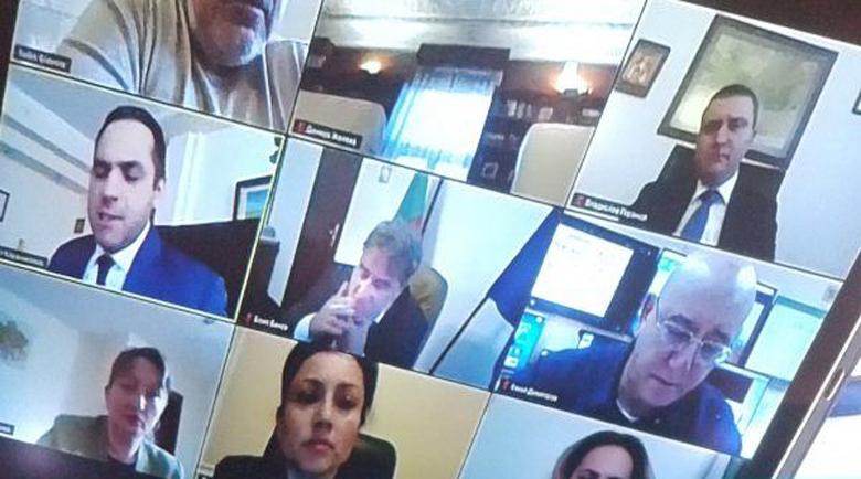Глобиха министър Банов! Гражданин го видял да пуши в кабинета си онлайн