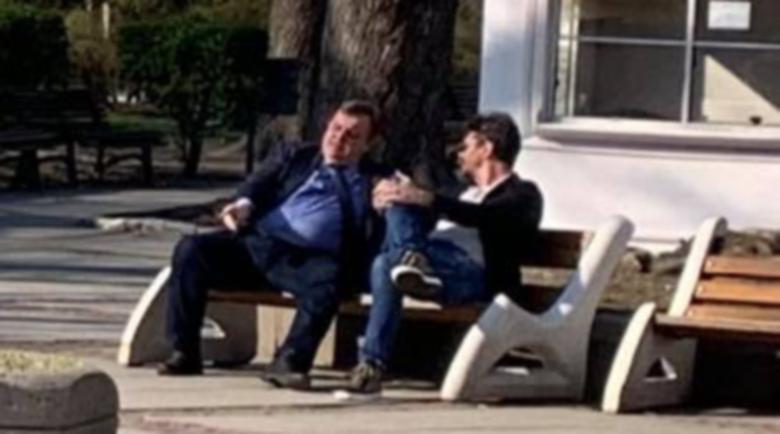 Опа! Каракачанов пече корем в парка посред карантината