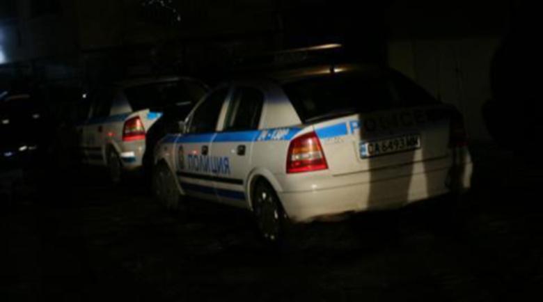 Ексхибиционист вилня край Пловдив, хвърля камъни по полицаи