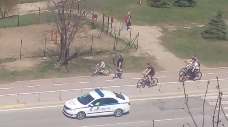 """Наглост: Тийнейджъри """"скочиха"""" на полицай, пречил им да играят футбол"""