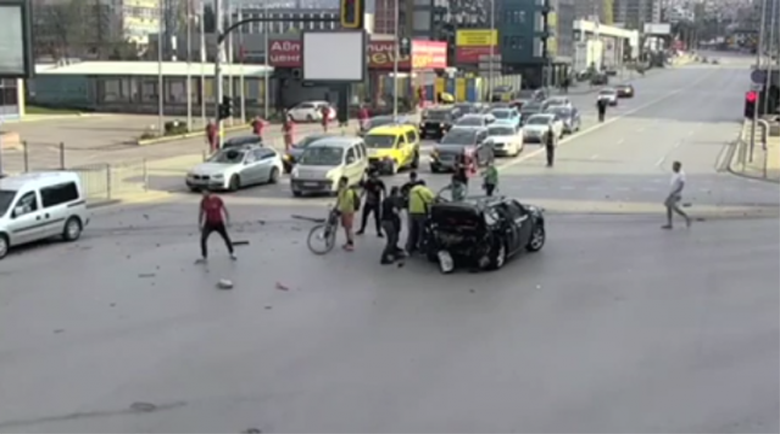 Ново разстърсващо ВИДЕО показва как минувачи извеждат Милен от колата след удара