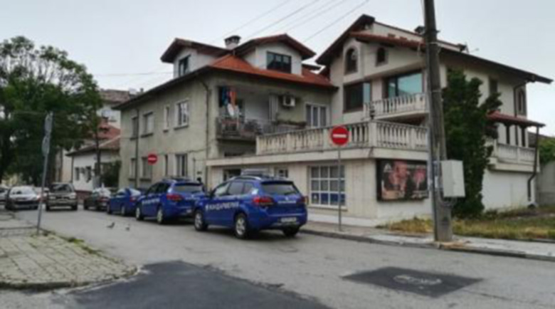 Полиция и ДАНС пред дома на зам.-министър в Ботевград