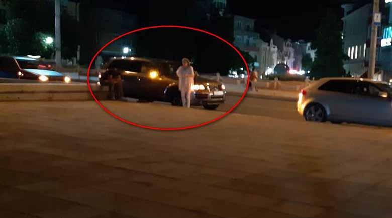Джип се заби в спирката до Операта в Бургас, по чудо няма жертви