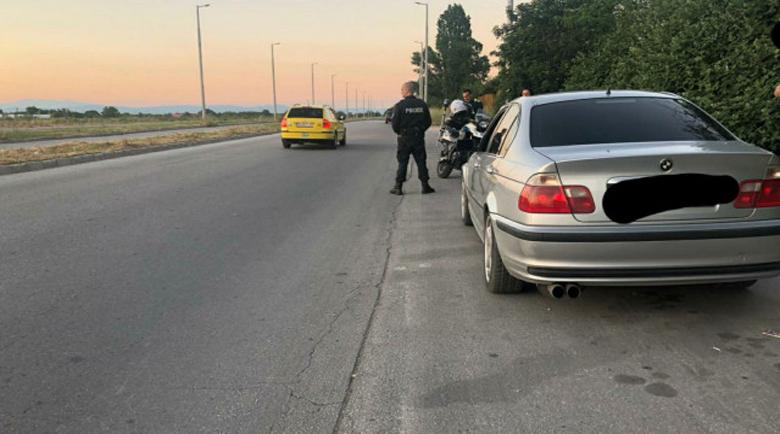 Дрифтър пили гуми пред полицаи, пука гума при опит да избяга