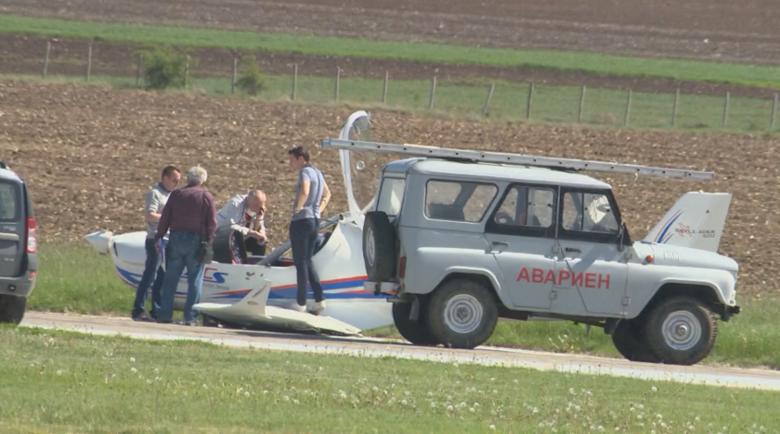 Отказал двигателят на самолета на Пенчев, сринал се върху храсталаци
