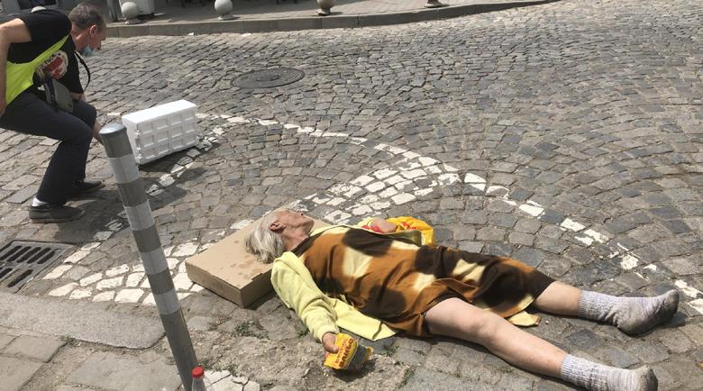 Униформени и Спешна помощ оставиха жена да лежи безпомощно на улицата