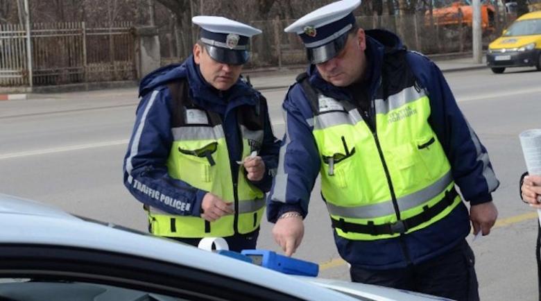 Абсурд: Шофьор стои месеци без книжка, въпреки платените си глоби