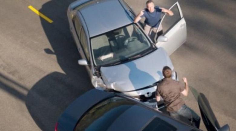 Шофьор скочи на бой след катастрофа! Други двама в болница след сбиване