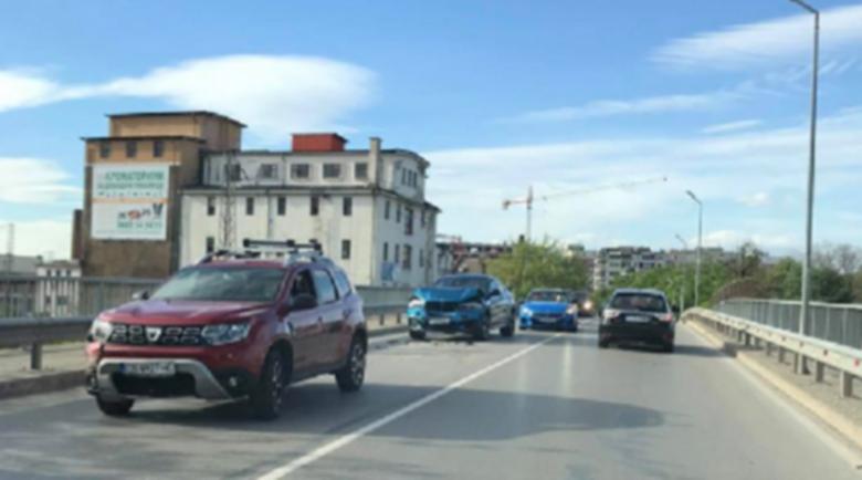 Жената на Коко Динев катастрофира, кара като Фитипалди