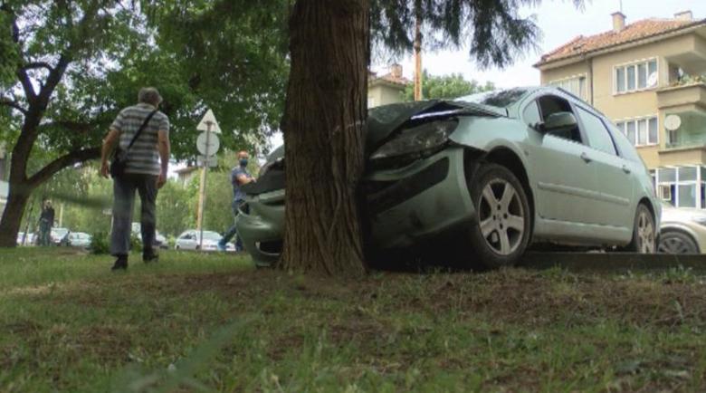 Кола без шофьор пресече булевард във Велико Търново и се заби в дърво