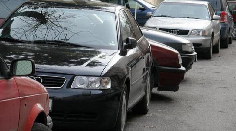19-годишен потроши паркирана кола на улицата