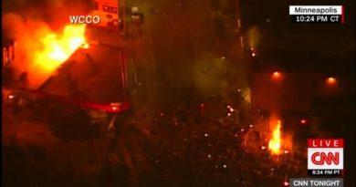 Минеаполис в пламъци: Полицейски участък гори, арестуваха екип на CNN
