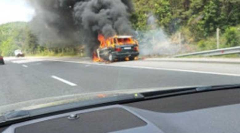 """Луксозен джип пламна на магистрала """"Тракия"""", движението е блокирано"""
