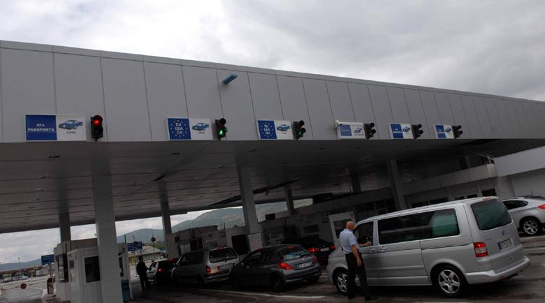 9 микробуса на трупчета за нелегален превоз на хора на границата