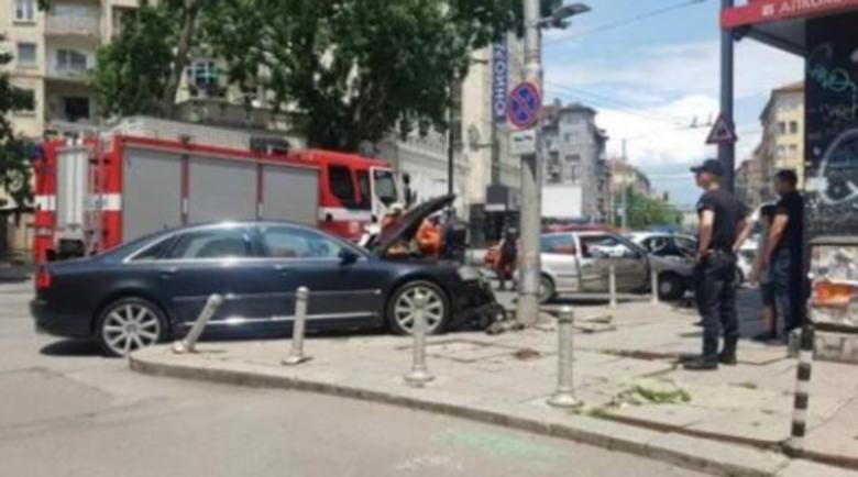 Тежка катастрофа в центъра на София, пожарникари вадят пътниците
