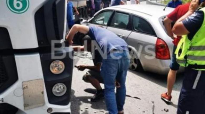 """Тежка катастрофа с ТИР и лека кола блокира прохода """"Петрохан"""""""