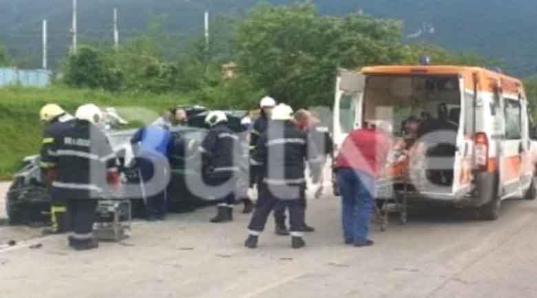 Касапница във Враца, семейство с дете заклещено в кола