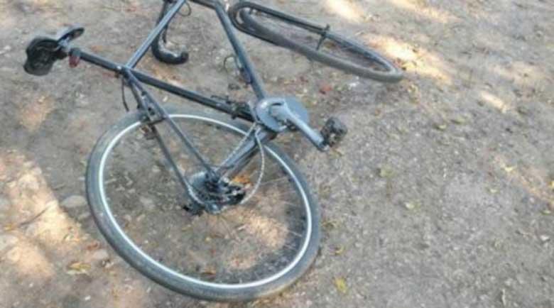 Пиян на мотика с колело се блъсна в кола, след което избяга