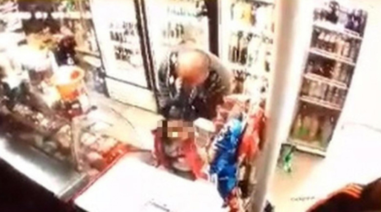 Гнусно! Пенсионер опипва 4-годишно дете в магазин