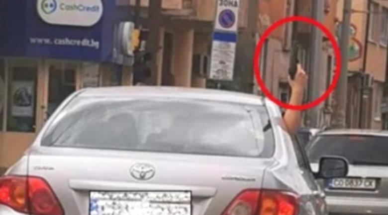 """Задържаха 18-годишният """"войвода"""", стрелял от кола в центъра на София"""