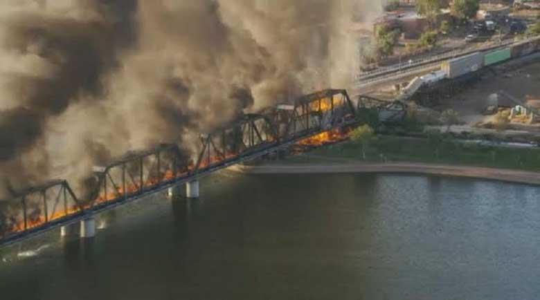 Влак падна от мост в Аризона (Видео)