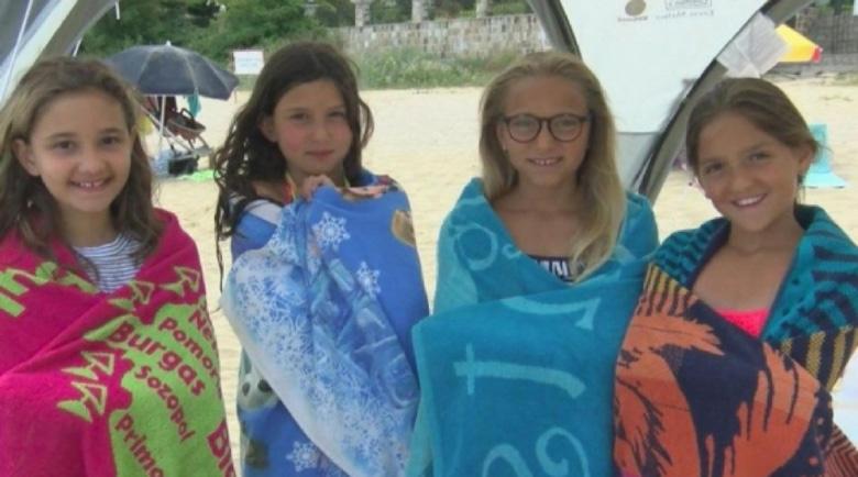 """Браво! Малки плувкини спасиха живота на 7-годишно на """"Каваците"""""""
