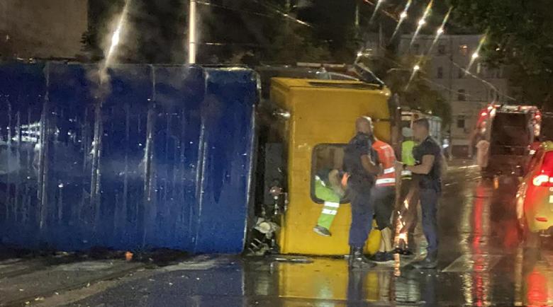 Камион се обърна, блокира центъра на София