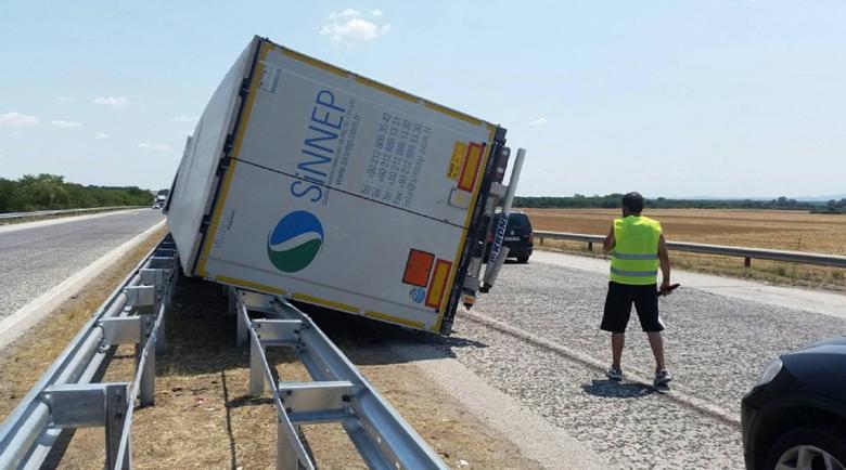 """Камион се обърна на същото място на """"Тракия"""", новата мантинела го спря"""