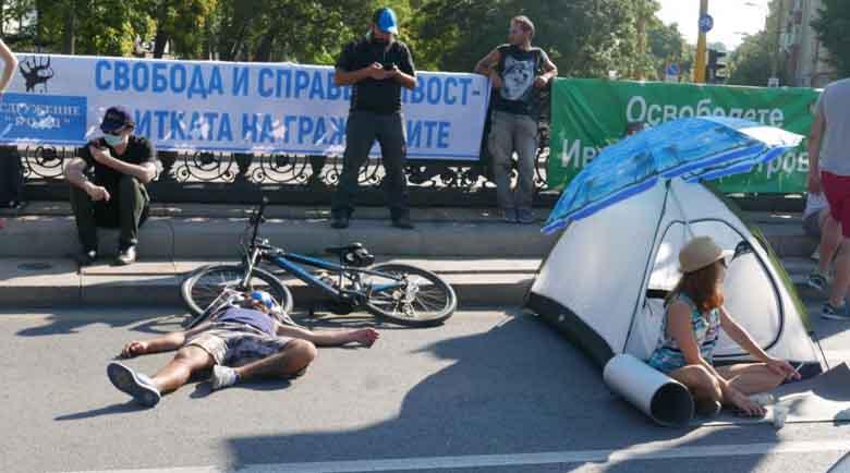 Полицията атакува протестиращите в София и цялата страна, блокадите паднаха