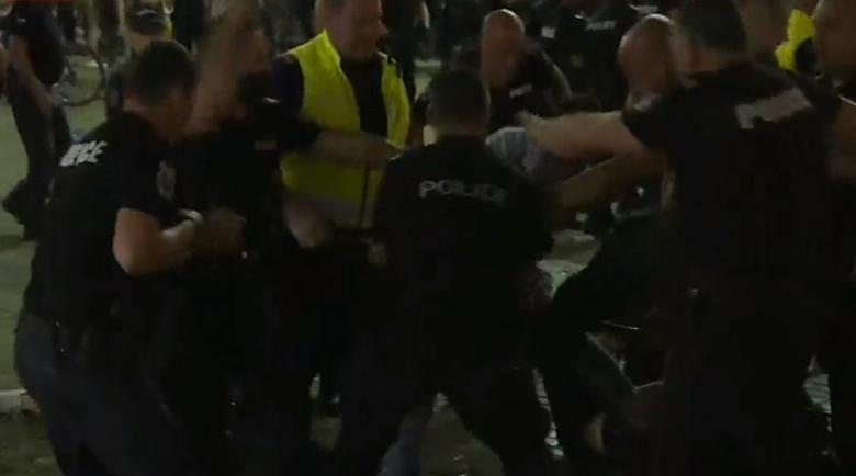 Полицията викна подкрепление срещу протеста, влачат и бият хора зад колоните