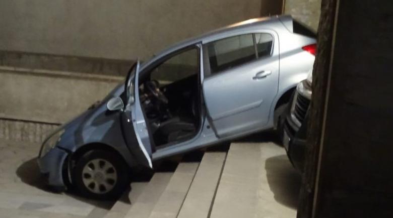 Шофьорка потегли по стълбите пред поликлиниката в Благоевград