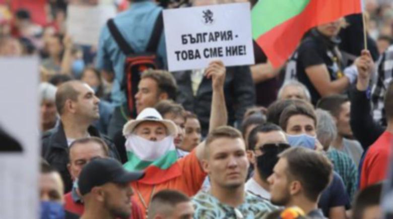 Не се връзвайте! Покрай протестите вървят неясни подписки, събиращи лични данни