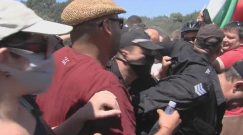 """Ври и кипи! Сблъсъци и арести в района на парк """"Росенец"""""""