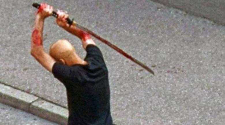 По време на халюцинации: Мъж посече съквартиранта си със самурайски меч