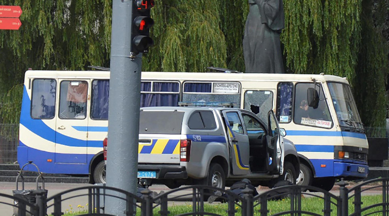 Въоръжен мъж отвлече автобус в Украйна