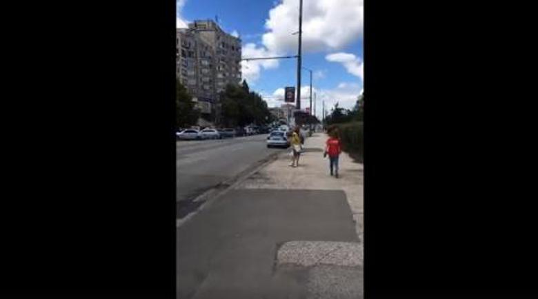 Влогър от София показа нагло спряла патрулка в нарушение