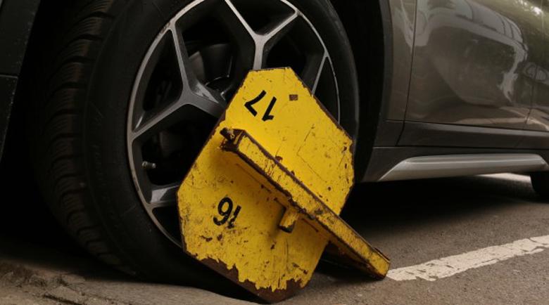 Жена с инвалиден стикер няма къде да паркира, обаче пък получи фиш