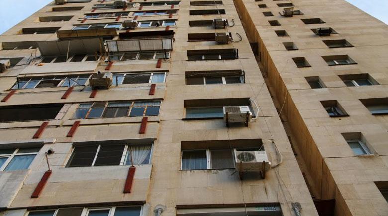 Бургазлийка се заключи в дома си на 6-ия етаж, иска да скочи