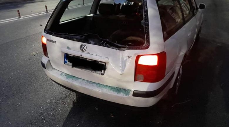 Кофти късмет: Дърво се стовари върху кола и я помля