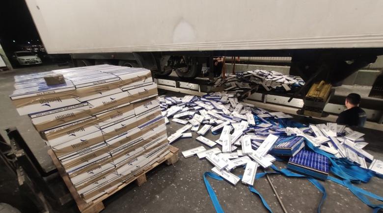 Шофьор скри в камион с грозде 680 000 цигари без бандерол